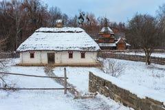 传统乌克兰村庄在冬天 Pirogovo民族志学博物馆的老房子, 库存图片