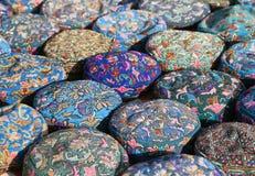 传统乌兹别克人盖帽,名为tubeteika,在市场上 库存照片