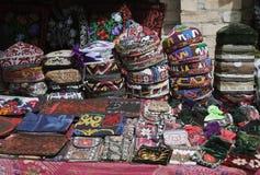 传统乌兹别克人盖帽,名为tubeteika,在市场上 免版税库存照片