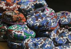 传统乌兹别克人盖帽,名为tubeteika,在市场上 免版税图库摄影