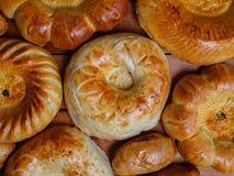 传统乌兹别克人面包的范围在黑暗的背景的 库存图片