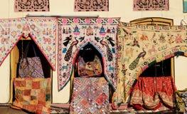 传统五颜六色的印地安织品纺织品,拉贾斯坦,印度 免版税库存照片