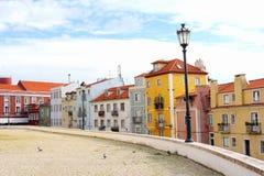 传统五颜六色的房子灯笼, Alfama,里斯本 库存照片