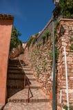 传统五颜六色的房子看法茶黄和石楼梯的在晴朗的蓝天下,在Rous 库存图片