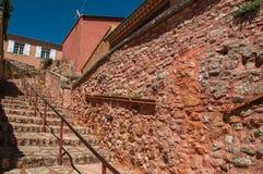 传统五颜六色的房子看法茶黄和石楼梯的在晴朗的蓝天下,在Rous 免版税库存照片