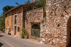 传统五颜六色的房子看法茶黄的在晴朗的蓝天下,在鲁西永 库存照片