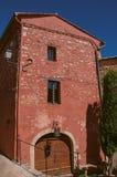 传统五颜六色的房子看法茶黄的在晴朗的蓝天下,在鲁西永 免版税图库摄影