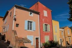 传统五颜六色的房子看法茶黄的在晴朗的蓝天下,在鲁西永 库存图片