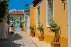 传统五颜六色的街道在Plaka,雅典 免版税库存照片