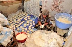 传统亚美尼亚面包的准备 免版税库存图片