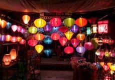 传统亚洲culorful灯笼在夜中国人市场上 免版税图库摄影