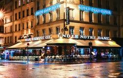 传统巴黎人咖啡馆Le Notre Dame在晚上,法国 库存图片