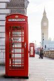 传统伦敦红色电话箱子和大笨钟在清早 免版税库存照片