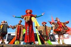 传统俄国国庆节致力于冬天的终止:Maslenitsa 庆祝 3月17,2013 Gatchina, 免版税库存图片