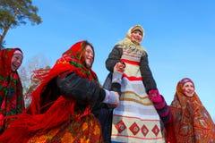 传统俄国国庆节致力于冬天的终止:Maslenitsa 庆祝 3月17,2013 Gatchina 库存图片
