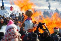 传统俄国国庆节致力于冬天的终止:Maslenitsa 庆祝 3月17,2013 Gatchina 库存照片