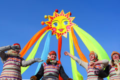 传统俄国国庆节致力于冬天的终止:Maslenitsa 庆祝 3月17,2013 Gatchina 图库摄影