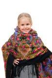 传统俄国方巾的一个微笑的小女孩 免版税库存图片
