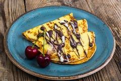 传统俄国早餐薄煎饼用果子和蜂蜜 免版税库存图片