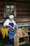 传统俄国服装的妇女在基日岛海岛,卡累利阿上, 免版税库存图片