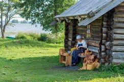 传统俄国服装的妇女在基日岛海岛,卡累利阿上, 图库摄影
