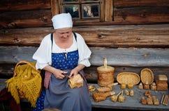 传统俄国服装的妇女在基日岛海岛,卡累利阿上, 库存图片