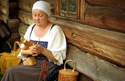 传统俄国服装的妇女在基日岛海岛,卡累利阿上, 免版税图库摄影