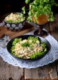 传统俄国沙拉`奥利维尔`用土豆、腌汁、鸡蛋、红萝卜和蛋黄酱 库存图片