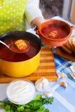 传统俄国热的汤用肉、甜菜根和圆白菜 免版税库存图片