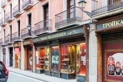 传统俄国纪念品店在巴塞罗那镇的中心 库存照片