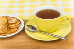 传统俄国薄煎饼和热的茶 免版税库存图片