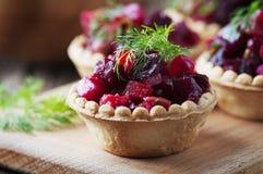 传统俄国素食主义者沙拉用土豆和甜菜根 库存图片