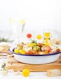 传统健康Panzanella沙拉用新鲜的蕃茄和酥脆面包 免版税图库摄影