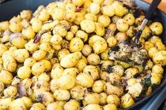 传统全国捷克街道食物,蒸的土豆用在季节性市场的香料 库存照片