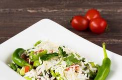 传统经典Shopska沙拉用蕃茄、胡椒、黄瓜和乳酪在白色盘在灰色木桌上 库存照片