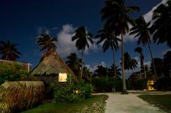 传统玻利尼西亚房子在Aitutaki盐水湖库克群岛 免版税库存照片