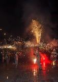 传统加泰罗尼亚的景象Correfocs火跑或Ball de Diables 免版税库存图片
