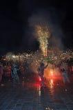传统加泰罗尼亚的节目Correfocs (火奔跑)或Ball de Diables 免版税图库摄影