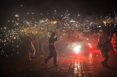 传统加泰罗尼亚的表现Correfocs (火奔跑)或球de 免版税库存照片