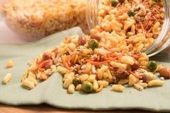 传统印地安人油炸了咸盘- chivda或混合物或者farsan在一个玻璃碗 免版税库存照片