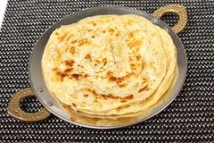 传统印地安家庭做的roti薄煎饼paratha 免版税库存照片