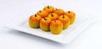 传统印地安苹果塑造了在白色bac的barfi 库存图片