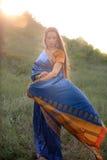 传统印地安莎丽服的美丽的女孩 免版税图库摄影