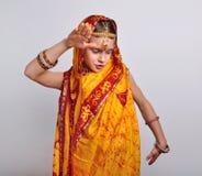 传统印地安衣物和jeweleries跳舞的孩子 免版税库存照片