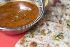 传统印地安食物- Keema Naan用小汤 免版税库存照片