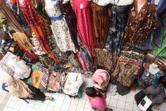 传统印度尼西亚蜡染布市场 免版税库存图片