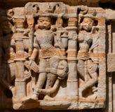 传统印度石寺庙巨大的门面的片段有石艺术品的在拉贾斯坦 免版税库存图片