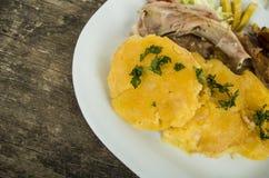 传统厄瓜多尔猪肉fritada典型的服务,肉,在白色板材的土豆玉米粉薄烙饼 库存照片