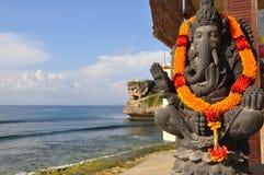 传统巴厘语上帝雕象,在海洋,巴厘岛,印度尼西亚 免版税库存图片