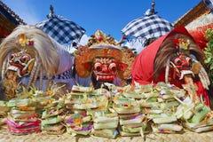 传统巴厘语精神- Barong和两个巫婆Leyaks 免版税库存图片